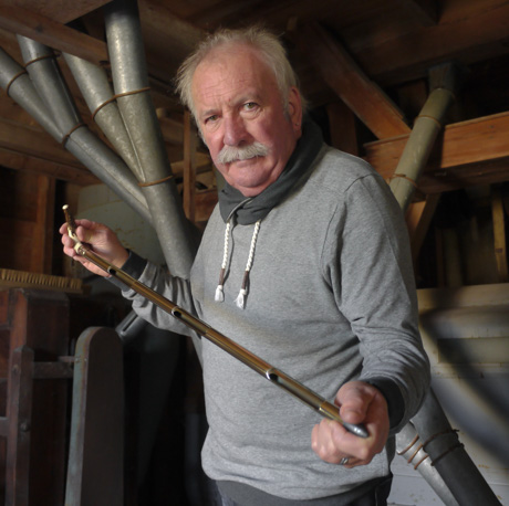Jean-Marie Huchet présente la canne à grain de son arrière grand-père Gaston
